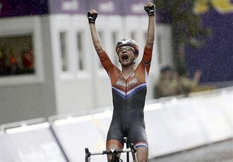 Netherlands' Marianne Vos (L) reacts as she crosses the finish line ahead of Britain's Elizabeth Armitstead to win the women's cycling road race final at the London 2012 Olympic Games July 29, 2012. Foto: Paul Hanna / Reuters In English