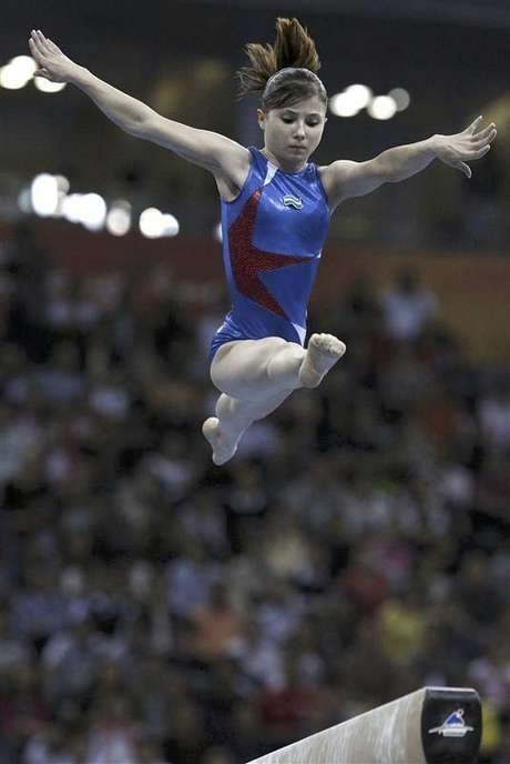 Uzbekistan's Luiza Galiulina competes in the women's balance beam final during artistic gymnastics at the 16th Asian Games in Guangzhou, Guangdong province, in this November 17, 2010 file photo. Galiulina was on July 29, 2012 provisionally banned from the 2012 Olympics for a positive drugs test, the International Olympic Committee said on Sunday. Foto: Carlos Barria / Reuters In English