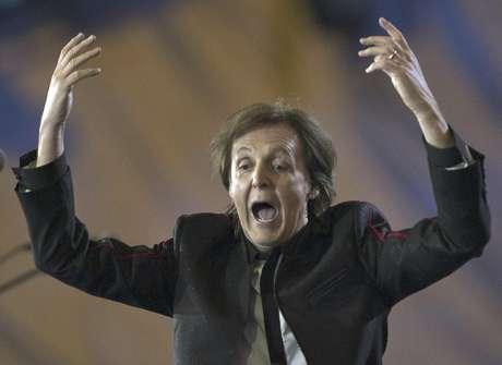 Paul McCartney durante la ceremonia de inauguración de los Juegos Olímpicos de Londres 2012 el sábado 28 de julio de 2012 en Londres. McCartney recibió un pago simbólico de una libra esterlina por su participación en el espectáculo.  Foto: The Canadian Press, Ryan Remiorz / AP