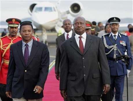 Uganda's President Yoweri Museveni (R) is escorted by Tanzanian Foreign Affairs minister Bernard Membe (L) upon arrival at Kilimanjaro Airport in Tanzania, May 21, 2008. Foto: Antony Njuguna / Reuters In English