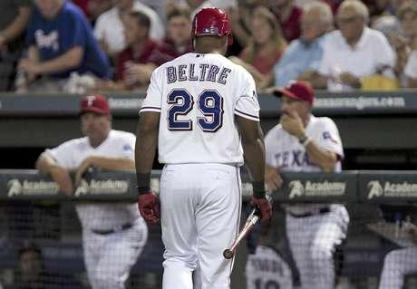 El dominicano Adrián Beltré (29), de los Rangers de Texas, regresa a la banca después de poncharse para finalizar la sexta entrada del juego ante los Angelinos de Los Angeles, el miércoles 1 de agosto de 2012, en Arlington, Texas. Los Rangers ganaron 11-10 en 10 innings.  Foto: John F. Rhodes / AP