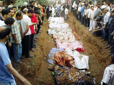 Sirios entierran a sus muertos en Damasco, en una foto difundida por la Red de Noticias Shaam el 1 de agosto del 2012, Activistas sirios de oposición dicen que las fuerzas del règimen allanaron vecindarios del sur de la capital Damasco en una mortìfera operaciòn militar que ha provocada bajas.  Foto: Red de Noticias Shaam, SNN / AP