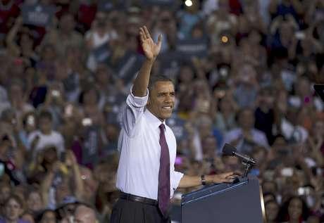 El presidente  Barack Obama saludsa a la concurrencia en un acto de campaña en la Escuela Secundaria del Condado Loudoun, en Virginia, el jueves, 2 de agosto del 2012.    Foto: Evan Vucci / AP