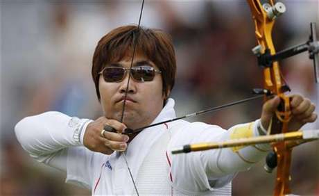 South Korea's Im Dong Hyun takes aim during men's individual round of 32 eliminations at the Lord's Cricket Ground during the London 2012 Olympic Games July 30, 2012. Foto: Suhaib Salem / Reuters In English