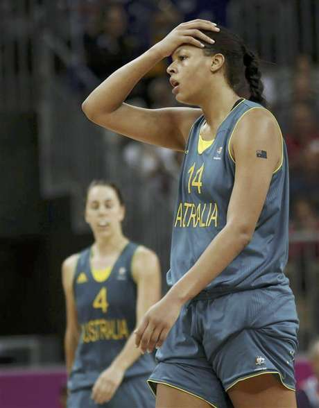 Canada's Shona Thorburn (L) reacts as Brazil's Joice Rodrigues walks off the court after their women's preliminary round Group B basketball match at the Basketball Arena during the London 2012 Olympic Games August 3, 2012. Foto: Sergio Perez ( / Reuters In English