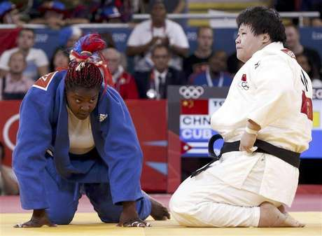 Gold medallist Cuba's Idalys Ortiz jumps at the victory ceremony for the women's +78kg judo event at the London 2012 Olympic Games August 3, 2012. Foto: Kim Kyung-Hoon / Reuters In English