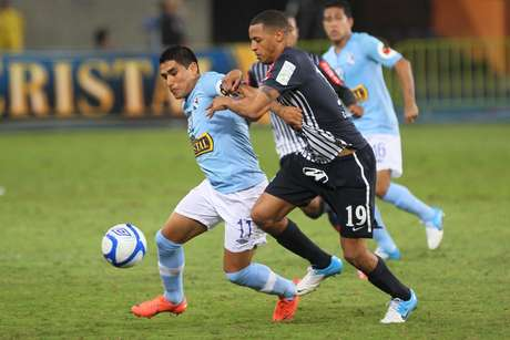 Cristal terminó jugando con 10 hombres por la lesión de Oscar Vílchez. Foto: Miguel Bustamante / Terra Perú