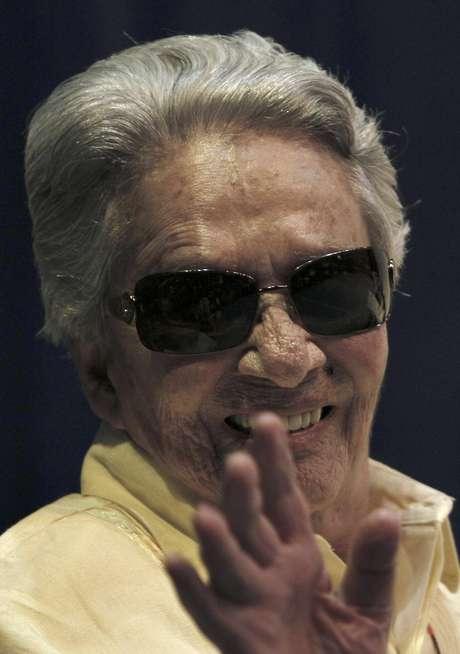 En esta foto del 18 de junio del 2011, Chavela Vargas saluda durante un evento en su honor en la Ciudad de México. La cantante mexicana nacida en Costa Rica falleció el domingo 5 de agosto del 2012 en un hospital en la ciudad de Cuernavaca, al sur de la capital, donde había estado internada una semana con problemas respiratorios y cardíacos. Tenía 93 años.  Foto: Marco Ugarte, Archivo / AP