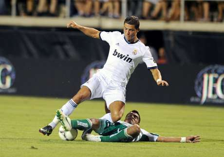 Juan Pablo Rodriguez attempts to take the ball away from Cristiano Ronaldo.  Foto: Getty Images