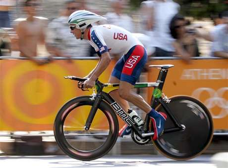 Tyler Hamilton of the U.S. takes the start in the men's 48-kilometre individual time trial event at Vouliagmeni near Athens, as part of the Athens 2004 Olympic Games in this August 18, 2004 file photo. American cyclist Tyler Hamilton will officially be stripped of his Athens 2004 Olympic gold medal on Friday as the International Olympic Committee (IOC) moves to close the case before the end of an eight-year statute of limitation, an IOC source told Reuters on August 9, 2012. Foto: Charles Platiau / Reuters In English