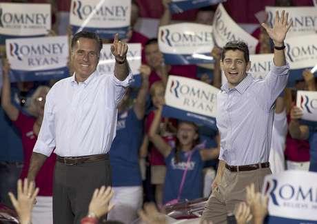 El aspirante republicano a la presidencia Mitt Romney, izquierda, y su compañero para vicepresidente, el legislador Paul Ryan, llegan a un acto de campaña el domingo 12 de agosto de 2012 en Carolina del Norte.  Foto: Jason E. Miczek / AP