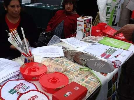Se han instalado, también, mesas de recolección de firmas para la anulación de la elección. Foto: Ricardo Vidal / Terra