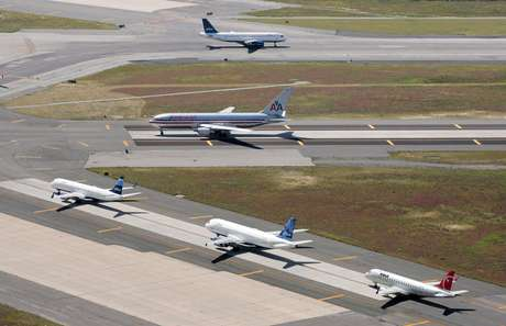 Aviones en pistas del Aeropuerto Internacional John F. Kennedy en Nueva York en una fotografía del 8 de septiembre de 2008.  Foto: Mark Lennihan, archivo / AP