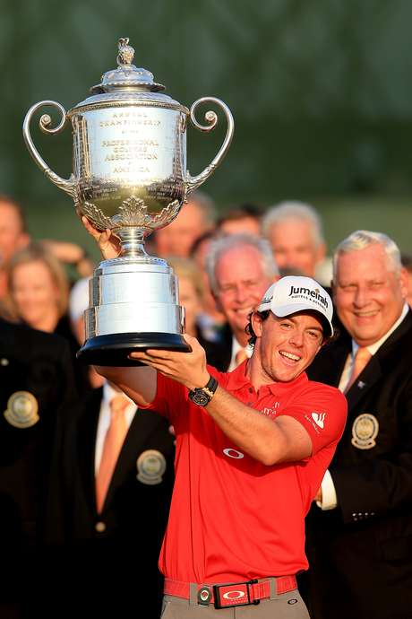Rory McIlroy of Northern Ireland holds up the Wanamaker Trophy after winning the 94th PGA Championship at the Ocean Course on August 12, 2012 in Kiawah Island, South Carolina. Foto: Getty Images