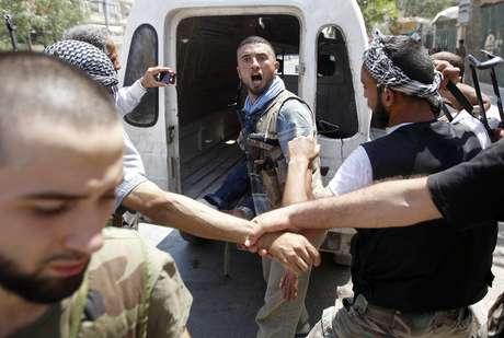 Un soldado sirio reacciona tras escuchar la noticia de que su comandante ha sido abatido por un tanque en Alepo. Foto: Reuters en español