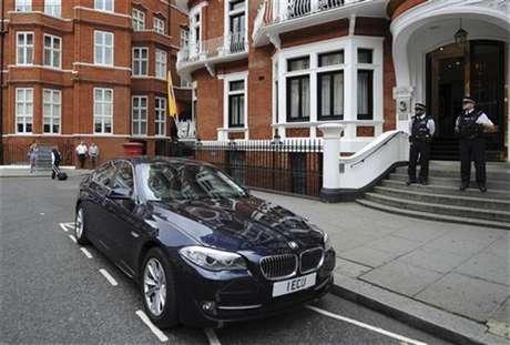 Un grupo de policías custodia la entrada de la embajada de Ecuador en Londres. Foto: Ki Price / Reuters