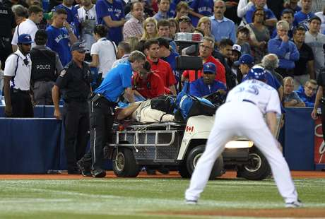 Paramedics tend to a fan during the MLB game between the Chicago White Sox and Toronto Blue Jays. Foto: Getty Images