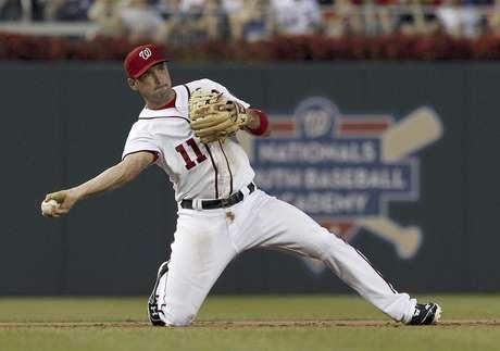 El tercera base de los Nacionales de Washington Ryan Zimmerman lanza para sacar a Kelly Shoppach de los Mets de Nueva York durante el segundo episodio del partido del viernes 17 de agosto de 2012, en Washington.  Foto: Alex Brandon / AP