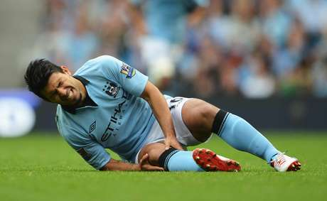 Sergio Aguero in pain after injuring his knee Foto: Getty Images