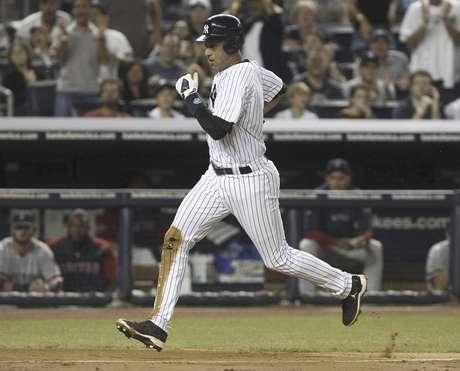 Derek Jeter, de los Yanquis de Nueva York, anota una carrera por un lanzamiento descontrolado de Josh Beckett, de los Medias Rojas de Boston, en el partido del domingo 19 de agosto de 2012 en el Yankee Stadium.  Foto: Seth Wenig / AP