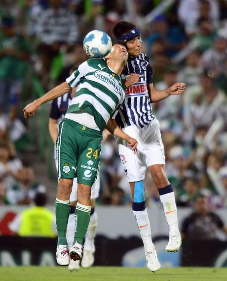 Oribe Peralta (L) of Santos vies for the ball with Jesus Zavala (R) of Monterrey, during their Mexican Clausura 2012 tournament football final match, in Torreon, Coahuila State, Mexico on May 20, 2012. Foto: Getty Images