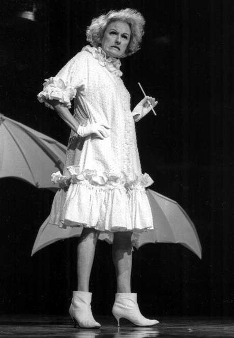 La comediante Phyllis Diller en una fotografía sin fecha. Diller, la ama de casa convertida en humorista que solía hacer los mejores chistes sobre ella misma, murió el lunes 20 de agosto de 2012 en Los Angeles. Tenía 95 años.  Foto: NBC-TV, archivo / AP