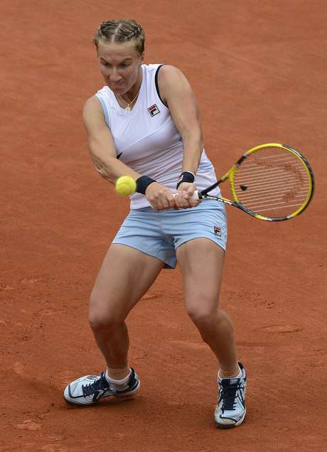 Russia's Svetlana Kuznetsova hits a return to Italy's Sara Errani during their Women's Singles 4th Round tennis match of the French Open tennis tournament at the Roland Garros stadium, on June 3, 2012 in Paris. Foto: Getty Images