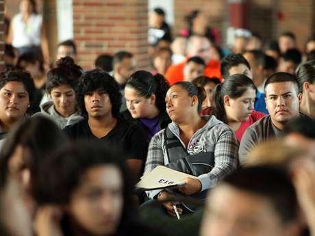Un grupo de indocumentados de Chicago aplica para la 'Acción Diferida' que detiene su deportación por dos años. Foto: AP