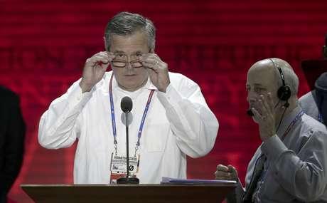 """El ex gobernador de Florida, Jeb Bush, observa al auditorio desde el podio en la convención republicana en Tampa, Florida, 27 de agosto de 2012. Bush dijo en un evento hispano paralelo a la convención, el miércoles 29 de agosto de 2012, que si los asiáticos y latinos no se sienten representados por los republicanos, """"vamos a perder elecciones"""".  Foto: J. Scott Applewhite / AP"""