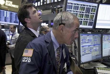 En esta fotografía de archivo del miércoles 15 de agosto de 2012, el corredor Frank Cannarozzo, derecha, trabaja en la Bolsa de Valores de Nueva York. El mercado bursátil neoyorquino cerró con cambios mínimos el lunes 27 de agosto en uno de los días de transacciones más tranquilos en lo que va de 2012.  Foto: Richard Drew, archivo / AP