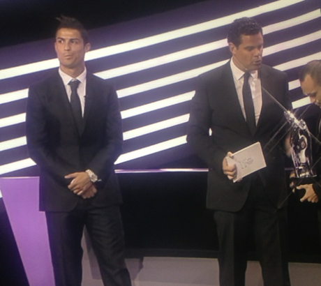 Cristiano Ronaldo no puede disimular su disgusto al enterarse de que no es el mejor jugador de la Champions League en la temporada 2011 - 2012 Foto: Twitter