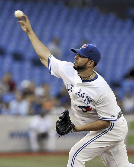 El dominicano Carlos Villanueva, de los Azulejos de Toronto, lanza contra los Rays de Tampa Bay en la primera entrada del juego del jueves 30 de agosto de 2012, en Toronto.  Foto: The Canadian Press, Aaron Vincent Elkaim / AP