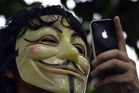 Un defensor de Anonymous con un iPhone, de Apple Foto: EFE en español