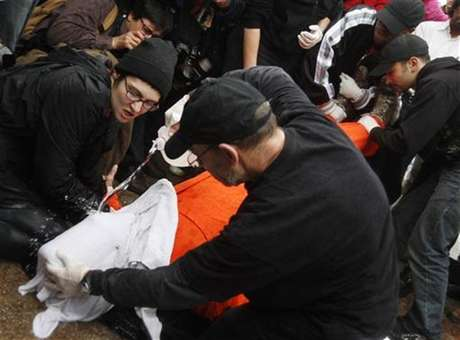 Protestors perform a simulation of the waterboarding torture technique on a man dressed as a prisoner during a protest, marking the fifth anniversary of the U.S.-led invasion of Iraq, in front of the White House in Washington March 19, 2008. Foto: Jim Young / Reuters In English