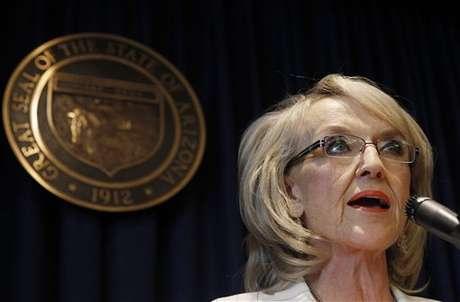 Jen Brewer, gobernadora de Arizona, contenta con la decisión de la Corte. Foto: AP