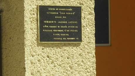 Una placa en una pared de un templo agradece Heriberto Lazcano por donar el dinero para su construcción.  Foto: AP