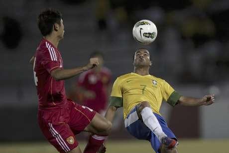 El brasileño Lucas (derecha) lucha por la pelota con el chino Yang Yu durante un partido amistoso en Recife, Brasil, el lunes 10 de septiembre de 2012.  Foto: Felipe Dana / AP