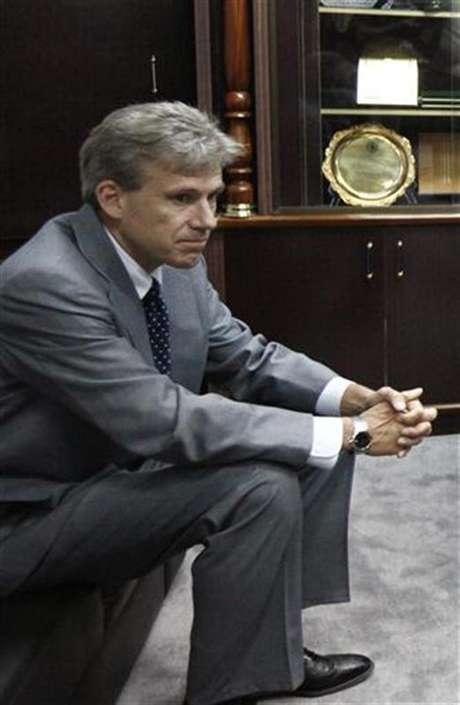 Foto de archivo del embajador de Estados Unidos en Libia, Christopher Stevens, durante una reunión para debatir sobre derechos humanos en Trípoli, jun 27 2012. El embajador estadounidense en Libia y otros tres empleados consulares murieron en un ataque con cohetes al vehículo en el que viajaban, luego de haber dejado la misión por la irrupción de militantes que denunciaban un filme hecho en Estados Unidos que insultaba al profeta Mahoma. Foto: Anis Mili / Reuters en español