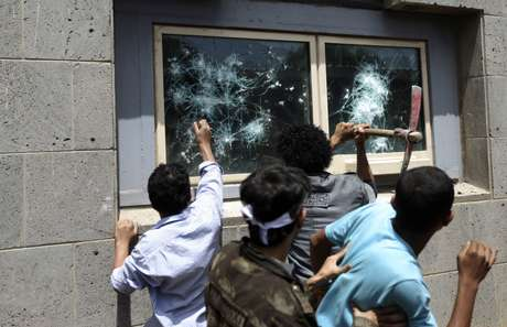 Los manifestantes lograron romper los cristales de las ventanas de algunos inmuebles del lugar. Foto: Reuters en español