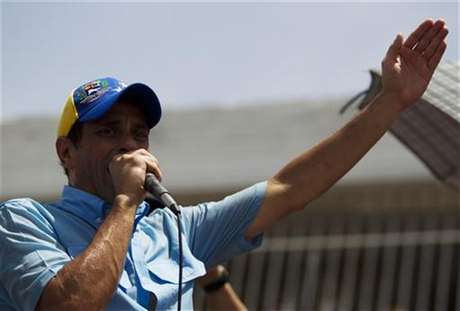Venezuelan opposition candidate Henrique Capriles talks to supporters during an election rally in the state of Carabobo, some 180km (112 miles) west of Caracas, August 17, 2012. Foto: Carlos Garcia Rawlins / Reuters In English