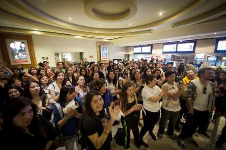 Cientos de fanáticas llegaron el Cinemark de Plaza Vespucio para celebrar el cumpleaños de Bella Foto: Serio Piña / Terra