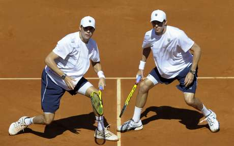 Mike and Bob Bryan kept the US alive in their Davis Cup semi-final againt Spain with a four-set victor. The US is still down 1-2 with singles play to come on Friday. Foto: Getty Images