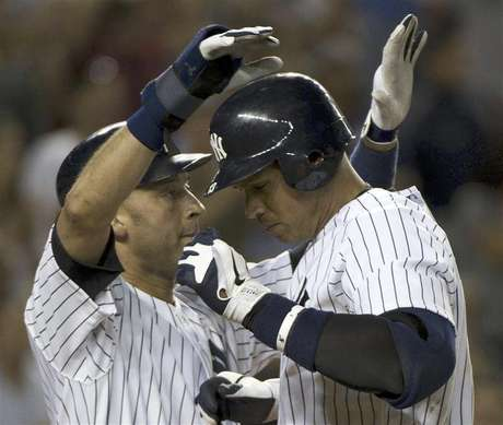 New York Yankees runner Derek Jeter congratulates batter Alex Rodriguez (R) at home plate after his two-run home run against the Tampa Bay Rays in the eighth inning of their MLB American League game at Yankee Stadium in New York, September 14, 2012. Foto: Ray Stubblebine / Reuters In English