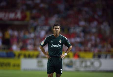 Real Madrid's Cristiano Ronaldo looks on during their Spanish First Division soccer match against Sevilla at Ramon Sanchez Pizjuan stadium in Seville September 15, 2012. REUTERS/Marcelo del Pozo (SPAIN - Tags: SPORT SOCCER) Foto: Marcelo del Pozo / REUTERS