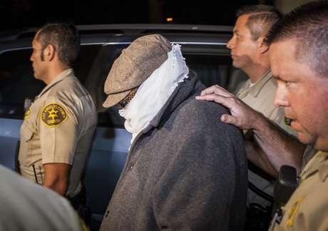 Nakoula sale de su casa con su rostro cubierto por un pañuelo, por sombrero y gafas de sol. Foto: Reuters en español