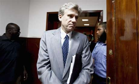 Christopher Stevens, the U.S. ambassador to Libya, leaves after a meeting with Libya's Justice Minister Ali Ashour discussing cooperation between the two countries on issues of human rights, in Tripoli June 27, 2012. Stevens and three embassy staff were killed late on September 11, 2012, as they rushed away from a consulate building in Benghazi, stormed by al Qaeda-linked gunmen blaming America for a film that they said insulted the Prophet Mohammad. Stevens was trying to leave the consulate building for a Foto: Anis Mili (LIBYA - Tags: POLITICS CIVIL UNREST OBITUARY) / Reuters In English