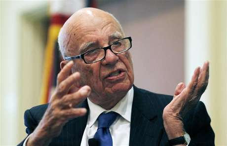 "News Corp Chairman and CEO Rupert Murdoch gestures as he speaks at the ""The Economics and Politics of Immigration"" Forum in Boston, Massachusetts August 14, 2012. Foto: Jessica Rinaldi / Reuters In English"