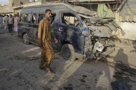 A resident walks past a damaged vehicle at the site of a bomb attack on the outskirts of Peshawar September 19, 2012. A bomb in Peshawar killed at least 10 people and wounded more than 30 on Wednesday, police said. The bomb seemed to be targeting a van carrying officials from the Pakistan Air Force, said a local police official. Foto: Fayaz Aziz / Reuters In English