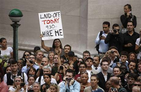 A crowd of onlookers are gathered outside the historic Federal Hall where U.S. President Barack Obama was speaking in the heart of Wall Street in New York, September 14, 2009. Foto: Larry Downing / Reuters In English