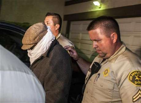 Nakoula Basseley Nakoula (L) is escorted out of his home by Los Angeles County Sheriff's officers in Cerritos, California September 15, 2012. Foto: Bret Hartman / Reuters In English